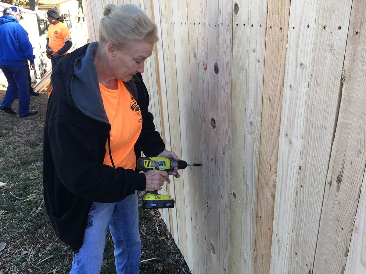 10-12-19 Addressing Mesquite Day - Volunteer assembles new fence